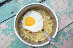 Τηγανισμένο ρύζι με το κατά το ήμισυ τηγανισμένο αυγό Στοκ φωτογραφία με δικαίωμα ελεύθερης χρήσης
