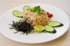 Τηγανισμένο ρύζι με το σολομό Στοκ εικόνες με δικαίωμα ελεύθερης χρήσης