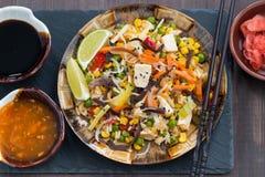 Τηγανισμένο ρύζι με tofu και τα λαχανικά, τοπ άποψη, κινηματογράφηση σε πρώτο πλάνο στοκ φωτογραφίες