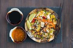 Τηγανισμένο ρύζι με tofu και τα λαχανικά, τοπ άποψη στοκ φωτογραφία