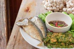 Τηγανισμένο σκουμπρί με τη σάλτσα κολλών γαρίδων και τα διάφορα λαχανικά Στοκ φωτογραφίες με δικαίωμα ελεύθερης χρήσης