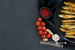 Τηγανισμένο σκουμπρί σε ένα τηγάνι Μαύρο υπόβαθρο, τοπ άποψη, διάστημα για το κείμενο στοκ φωτογραφία με δικαίωμα ελεύθερης χρήσης