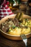 Τηγανισμένο συκώτι κοτόπουλου με το κρεμμύδι που εξυπηρετείται με τις πολτοποιηίδες πατάτες και το π Στοκ Εικόνες