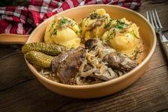 Τηγανισμένο συκώτι κοτόπουλου με το κρεμμύδι που εξυπηρετείται με τις πολτοποιηίδες πατάτες και το π Στοκ φωτογραφία με δικαίωμα ελεύθερης χρήσης