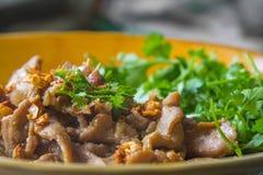 Τηγανισμένο τεμαχισμένο χοιρινό κρέας με το σκόρδο, ταϊλανδικά τρόφιμα Στοκ φωτογραφία με δικαίωμα ελεύθερης χρήσης