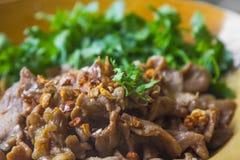 Τηγανισμένο τεμαχισμένο χοιρινό κρέας με το σκόρδο Στοκ φωτογραφία με δικαίωμα ελεύθερης χρήσης