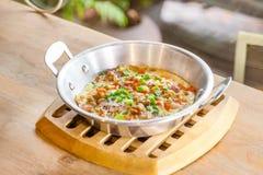 Τηγανισμένο τηγάνι αυγών με το κομματιασμένο χοιρινό κρέας, κρεμμύδι, καρότο στοκ εικόνα με δικαίωμα ελεύθερης χρήσης
