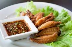 Τηγανισμένο φτερό κοτόπουλου με την ταϊλανδική σάλτσα στοκ εικόνα