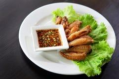 Τηγανισμένο φτερό κοτόπουλου με την ταϊλανδική σάλτσα στοκ εικόνες