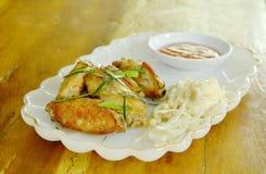 Τηγανισμένο φτερό κοτόπουλου με τη βυθίζοντας σάλτσα τσίλι λάχανων φετών στο πιάτο Στοκ εικόνα με δικαίωμα ελεύθερης χρήσης