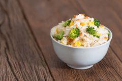 Τηγανισμένο χορτοφάγος ρύζι στο άσπρο κύπελλο Στοκ φωτογραφία με δικαίωμα ελεύθερης χρήσης