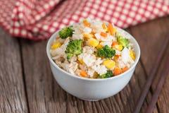 Τηγανισμένο χορτοφάγος ρύζι στο άσπρο κύπελλο Στοκ φωτογραφίες με δικαίωμα ελεύθερης χρήσης