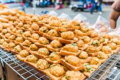 Τηγανισμένο ψωμί με το κομματιασμένο χοιρινό κρέας που διαδίδεται για την πώληση σε μια τοπική αγορά στη Μπανγκόκ, Ταϊλάνδη στοκ εικόνα