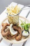 Τηγανισμένο ύφος calamari δαχτυλιδιών octpus με το σύνολο πρόχειρων φαγητών τηγανητών Στοκ φωτογραφία με δικαίωμα ελεύθερης χρήσης