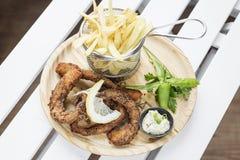 Τηγανισμένο ύφος calamari δαχτυλιδιών octpus με το σύνολο πρόχειρων φαγητών τηγανητών Στοκ εικόνες με δικαίωμα ελεύθερης χρήσης