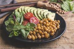 Τηγανισμένο chickpea, φύλλα τεύτλων μωρών, ντομάτα, αβοκάντο Χορτοφάγος σαλάτα Υγιή σπιτικά vegan τρόφιμα, διατροφή στοκ εικόνες με δικαίωμα ελεύθερης χρήσης