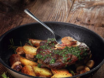 Τηγανισμένο ossobuco με το φυτικό ragout των πατατών και των μανιταριών Στοκ Φωτογραφία