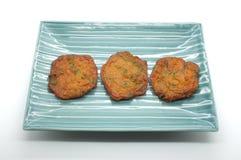 Τηγανισμένο patty ψαριών, πικάντικη σφαίρα ψαριών στο κεραμικό πιάτο Στοκ εικόνες με δικαίωμα ελεύθερης χρήσης