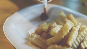 Τηγανιτές πατάτες ή τσιπ στο εστιατόριο γρήγορου γεύματος Στοκ Εικόνες