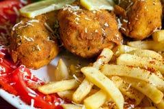 Τηγανιτές πατάτες γρήγορου φαγητού με το τριζάτο κοτόπουλο Στοκ Εικόνες