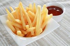 Τηγανιτές πατάτες & κέτσαπ Στοκ εικόνα με δικαίωμα ελεύθερης χρήσης