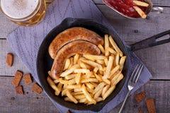 Τηγανιτές πατάτες και σπιτικό λουκάνικο Στοκ φωτογραφίες με δικαίωμα ελεύθερης χρήσης
