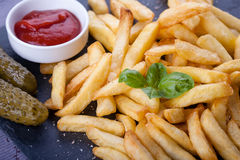 Τηγανιτές πατάτες και σπιτικό λουκάνικο στοκ φωτογραφία