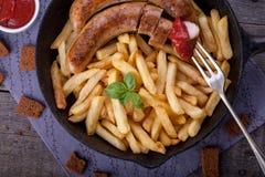 Τηγανιτές πατάτες και σπιτικό λουκάνικο Στοκ φωτογραφία με δικαίωμα ελεύθερης χρήσης