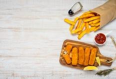 Τηγανιτές πατάτες με τα δάχτυλα ψαριών στο διάστημα αντιγράφων Στοκ Φωτογραφία