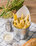 Τηγανιτές πατάτες με τη μαγιονέζα στο καλάθι Στοκ φωτογραφία με δικαίωμα ελεύθερης χρήσης