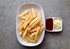 Τηγανιτές πατάτες με τη σάλτσα και τη μαγιονέζα ντοματών Στοκ Εικόνα