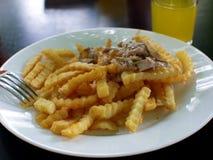 Τηγανιτές πατάτες με τη σαλάτα στοκ φωτογραφία με δικαίωμα ελεύθερης χρήσης