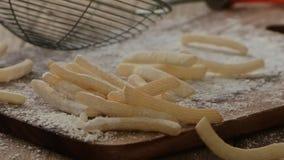 Τηγανιτές πατάτες με το αλεύρι απόθεμα βίντεο