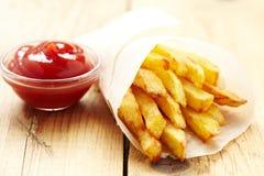 Τηγανιτές πατάτες με το κέτσαπ Στοκ φωτογραφίες με δικαίωμα ελεύθερης χρήσης