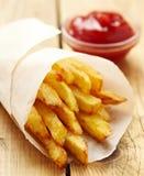 Τηγανιτές πατάτες με το κέτσαπ Στοκ εικόνα με δικαίωμα ελεύθερης χρήσης