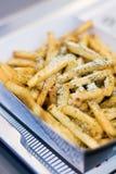 Τηγανιτές πατάτες με το τυρί στοκ εικόνες