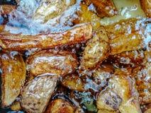 Τηγανιτές πατάτες που βράζουν στο καυτό πετρέλαιο κοντά επάνω στοκ εικόνες με δικαίωμα ελεύθερης χρήσης