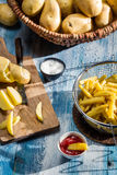Τηγανιτές πατάτες που γίνονται ââfrom τις πατάτες Στοκ Φωτογραφία