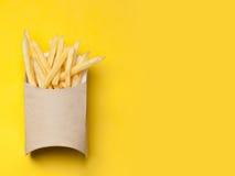 Τηγανιτές πατάτες σε ένα κίτρινο υπόβαθρο Στοκ εικόνες με δικαίωμα ελεύθερης χρήσης
