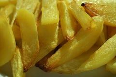 Τηγανιτές πατάτες στα κομμάτια σε ένα πιάτο στοκ εικόνα