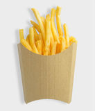 Τηγανιτές πατάτες στο κενό κιβώτιο εγγράφου του Κραφτ που απομονώνεται στο άσπρο υπόβαθρο με το ψαλίδισμα της πορείας Στοκ Εικόνες