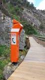 Τηλέφωνο έκτακτης ανάγκης στη δασική ξύλινη διάβαση Στοκ Εικόνες