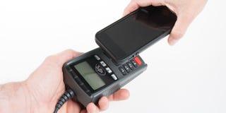 Τηλέφωνο ανίχνευσης κοστουμιών για να πληρώσει στο κατάστημα ανέπαφο στοκ εικόνες
