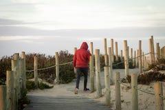 Τηλέφωνο απαντήσεων ατόμων στο θαλάσσιο περίπατο στοκ φωτογραφίες με δικαίωμα ελεύθερης χρήσης