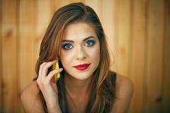 Τηλέφωνο γυναικών Miling talkin Όμορφο πορτρέτο προσώπου κοριτσιών με το ev Στοκ Φωτογραφία