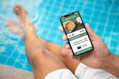 Τηλέφωνο εκμετάλλευσης ατόμων με app τα τρόφιμα σουσιών παράδοσης στην οθόνη Στοκ Εικόνες