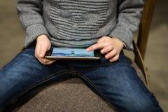 Τηλέφωνο εκμετάλλευσης παιδιών υπό εξέταση Παίζοντας παιχνίδι παιδιών στη συσκευή Κοινωνικές δίκτυο παιδιών και έννοια εθισμού τυ Στοκ φωτογραφίες με δικαίωμα ελεύθερης χρήσης