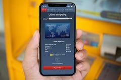 Τηλέφωνο εκμετάλλευσης χεριών ατόμων με app τις σε απευθείας σύνδεση αγορές στο ATM Στοκ Φωτογραφίες