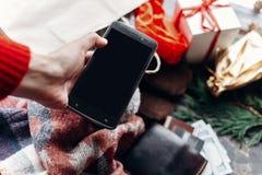 Τηλέφωνο εκμετάλλευσης χεριών με την κενή οθόνη Εποχιακή ετικέτα sale Χριστούγεννα Στοκ Εικόνα