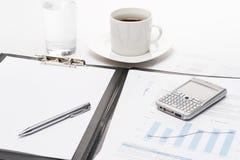 Τηλέφωνο και φλιτζάνι του καφέ επιχειρησιακών σημειωματάριων στοκ φωτογραφία